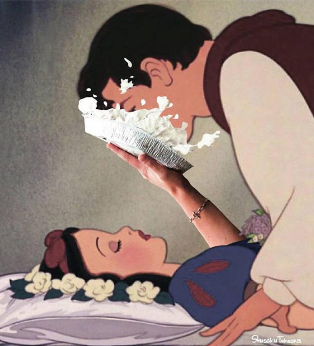 Blanca Nieves estrellando un pastel en la cara del príncipe que la rescata