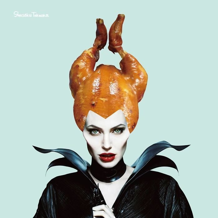 Angelina Jolie con un pollo sobre su cabeza imitando los cuernos de Maléfica
