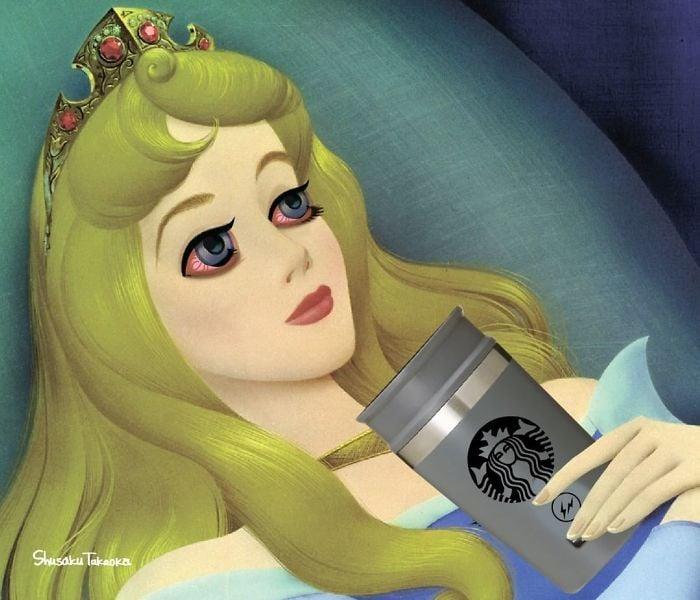 Princesa de Disney recostada en la cama mientras tiene una taza de café en la mano