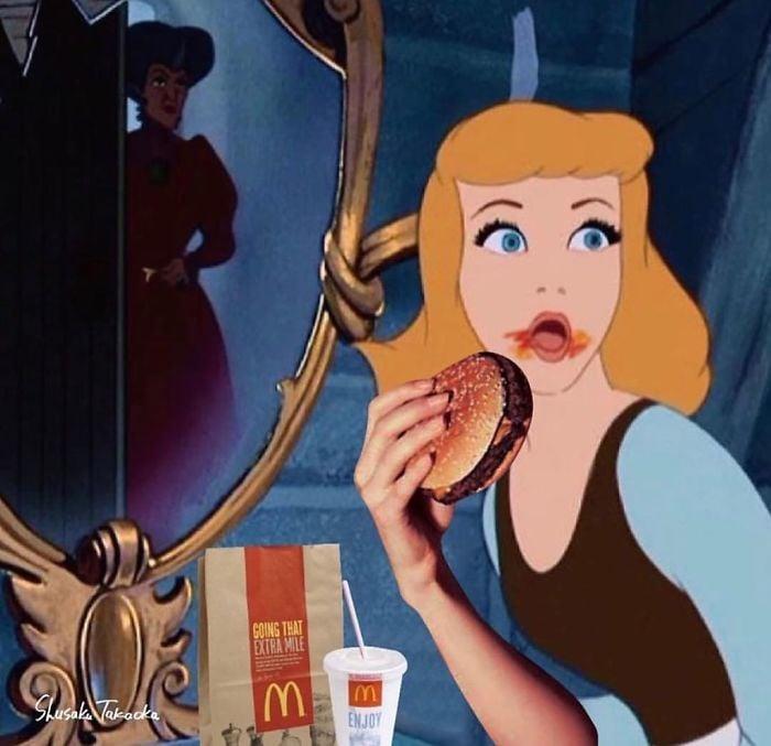 Cenicienta volteando a ver a su madrastra mientras tiene una hamburguesa en la boca