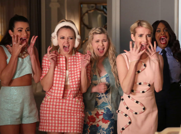 Chanel, Hester, Libby, Sadie, Denise de Scream Queen gritando asustadas; Niecy Nash, Billie Lourd, Abigail Breslin, Lea Michelle y Emma Roberts