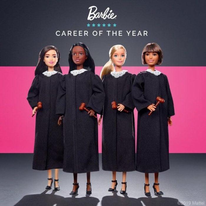 Nuevas muñecas de Barbie Mattel vestidas con túnicas de color negro