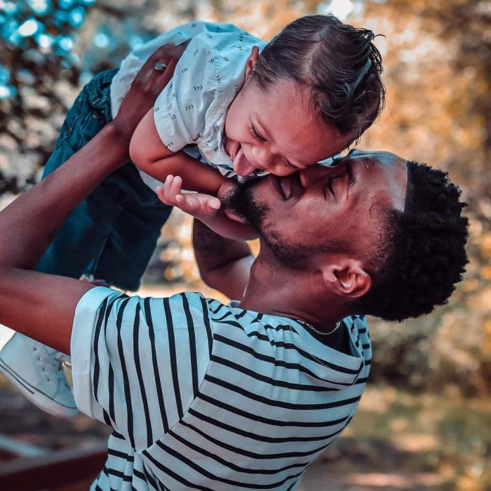 Bebé con Síndrome de Down Kristian Thomas y su papá Kenny bailan porque su hijo tiene 11 meses sano; papá cargando a su hijo
