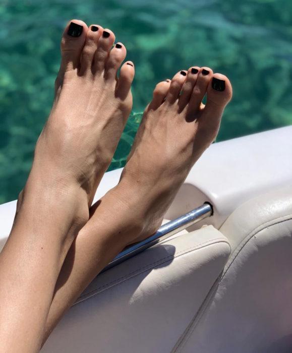 Beneficios del aloe vera o sábila; pies bonitos de mujer con pedicura