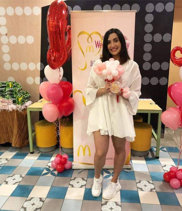 Chica celebrando una despedida de novia en un restaurante de McDonald's de hong kong