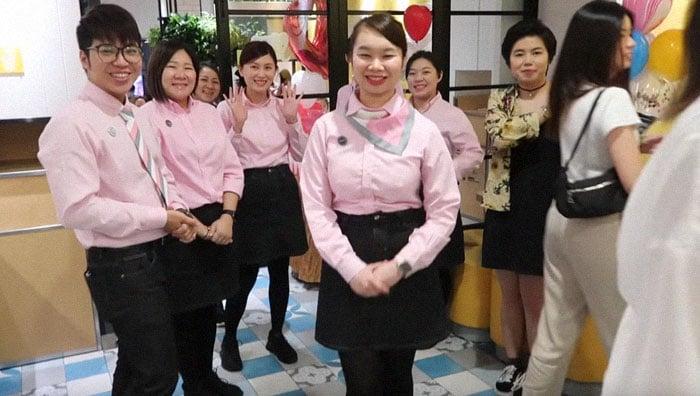 Personale del ristorante McDonalds a Hong Kong