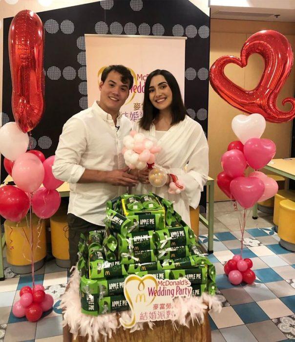 Sposi che celebrano il loro matrimonio in un ristorante McDonald's a Hong Kong