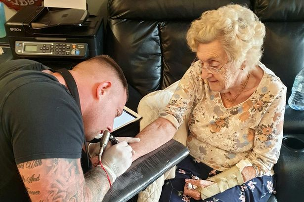 Abuelita haciéndose un tatuaje por primera vez