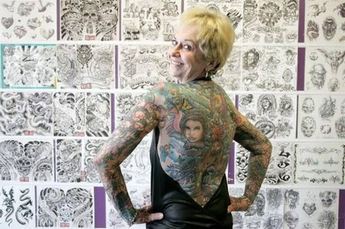 La nonna le mostra la schiena tatuata