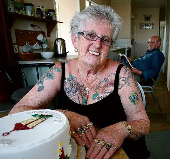 Nonna che sorride mostrando i suoi tatuaggi