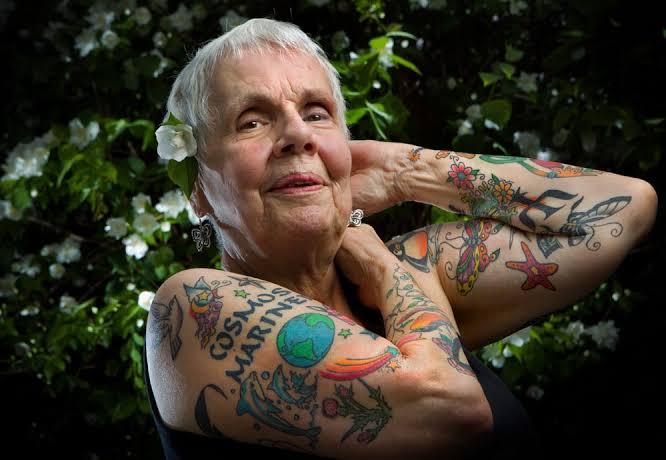 Nonna che modella le sue braccia con i tatuaggi