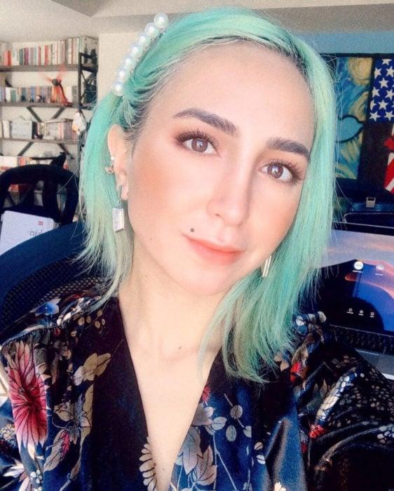 Tinte color verde menta; chica de cabello corto y lacio con broche de perlas blancas