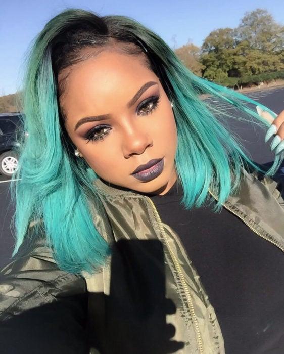 Tinte color verde menta; chica afroamericana de piel morena con cabello corto a los hombros con labial negro