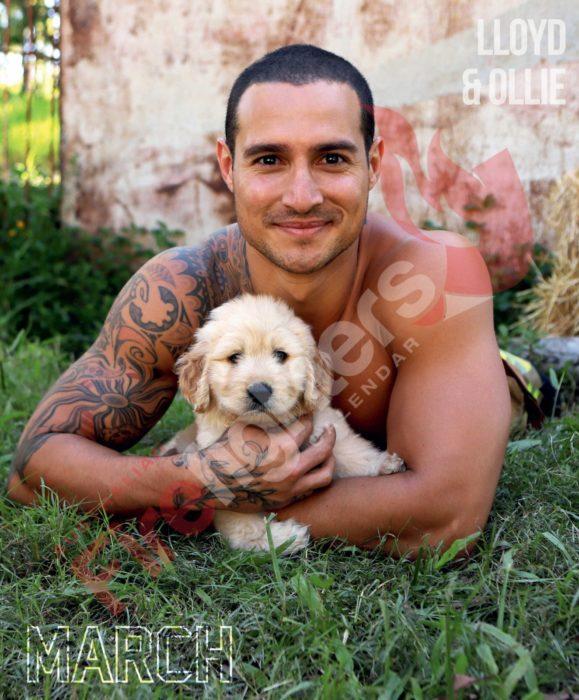 Calendario de bomberos australianos con animales; hombre con tatuajes abrazando a un cachorro golden retriever amarillo