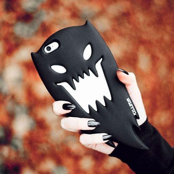 Case para celular con forma de fantasma en color negro