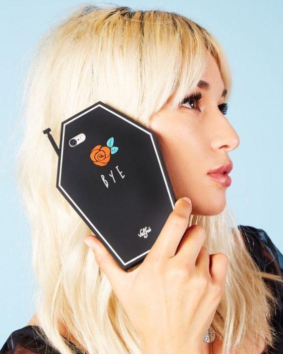 Case para celular con diseño de ataúd