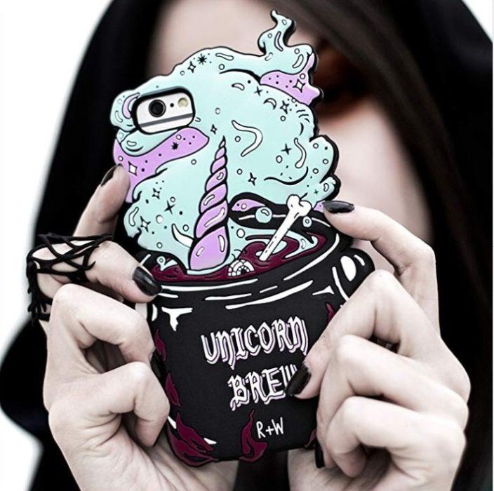 Chica sosteniendo una funda para celular con un caldero de pociones mágicas
