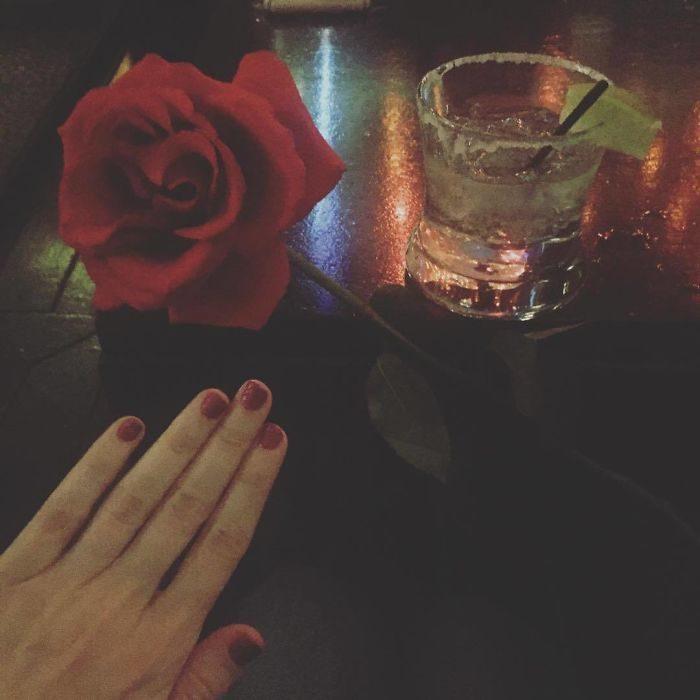 Chica mostrando su mano izquierda para demostrar cómo festeja su soltería