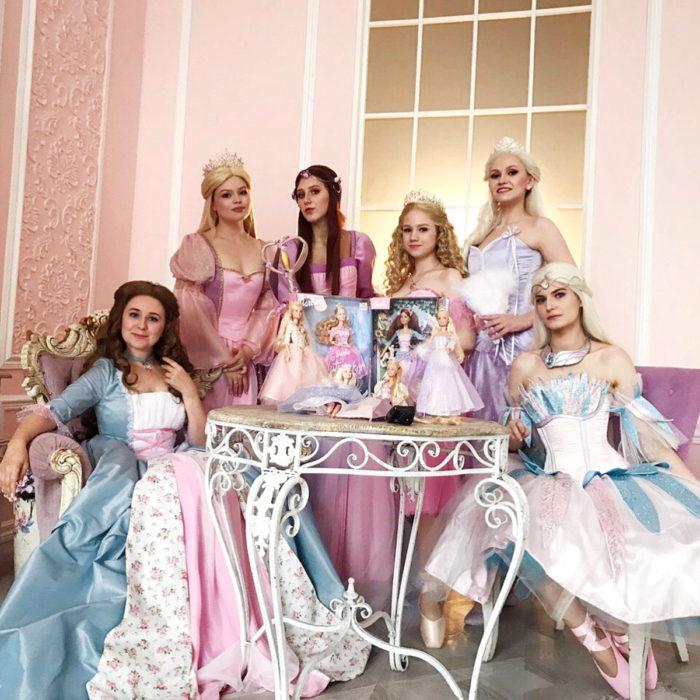 Cosplayers se disfrazan de diferentes películas de Barbie