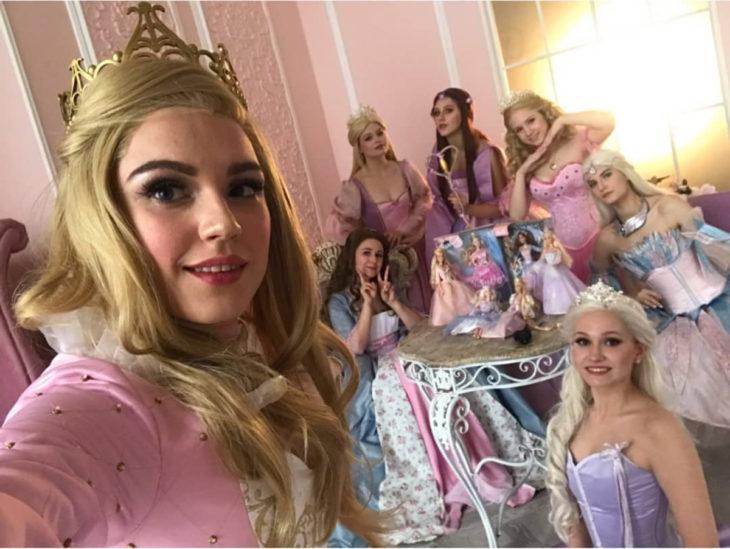 Cosplayers se disfrazan de diferentes películas de Barbie; Annelise, La princesa y la plebeya