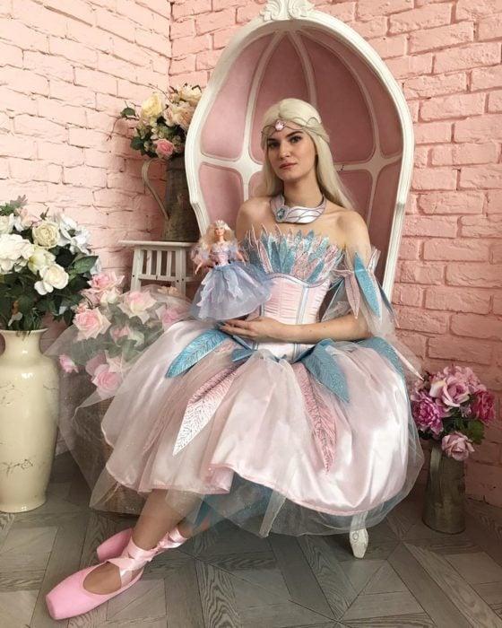 Cosplayers se disfrazan de diferentes películas de Barbie; Odette de El lago de los cinsnes