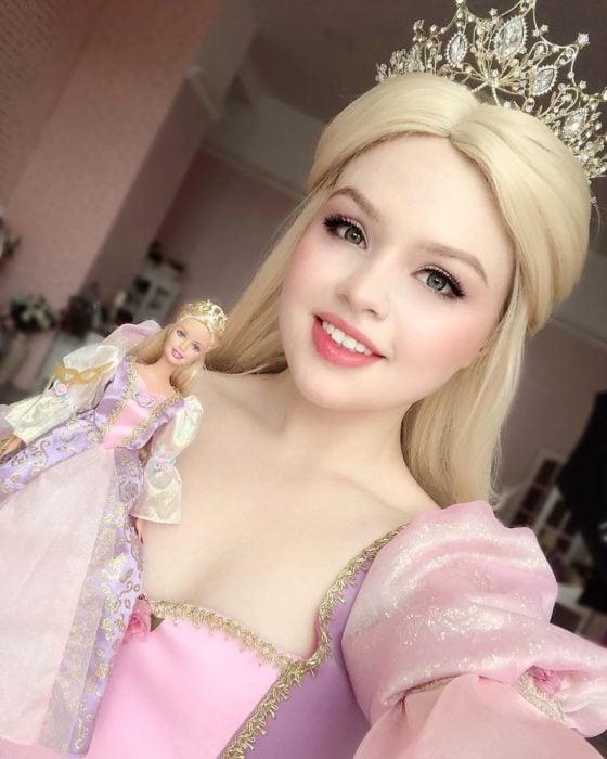 Cosplayers se disfrazan de diferentes películas de Barbie; Rapunzel