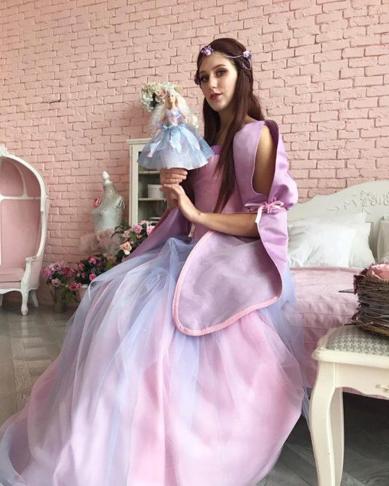 Cosplayers se disfrazan de diferentes películas de Barbie; la Reina de las hadas, El lago de los cisnes