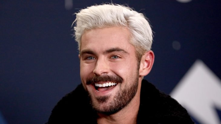 Zac Efro sonriendo con cabello rubio platinado