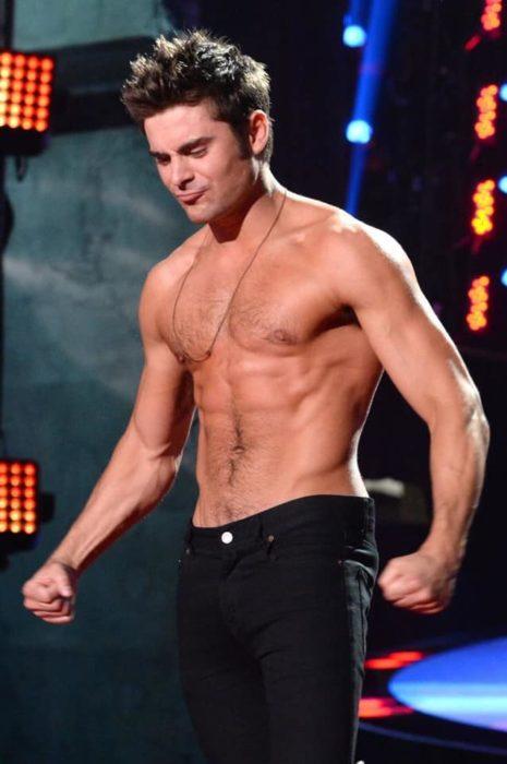 Zac Efron sin camisa con pantalón negro