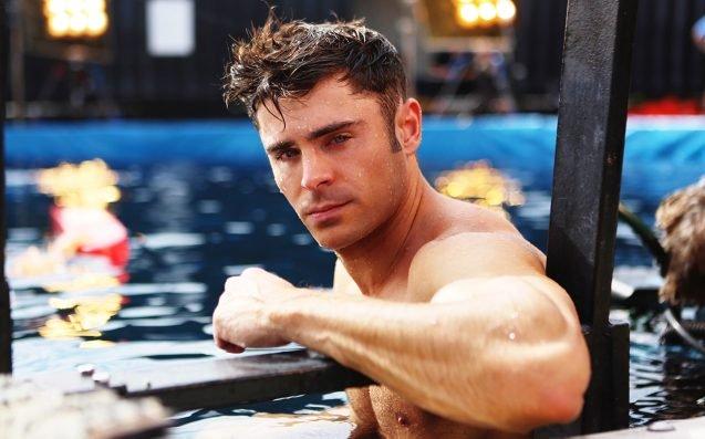 Zac Efron dentro de una piscina