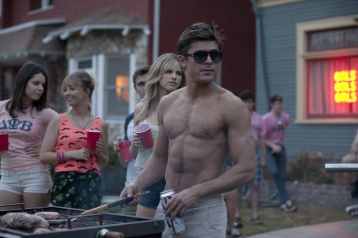 Zac Efron frente a un asador, película buenos vecinos