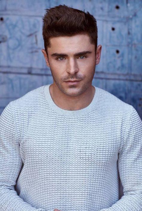 Zac Efron con camisa blanca modelando