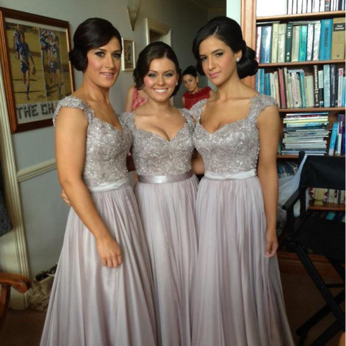 Damas con vestidos en plata