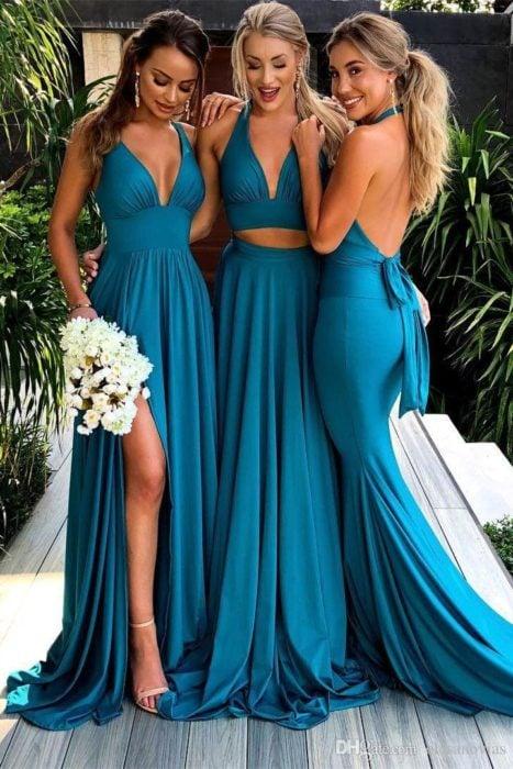 Damas de honor con vestidos escotados en azul