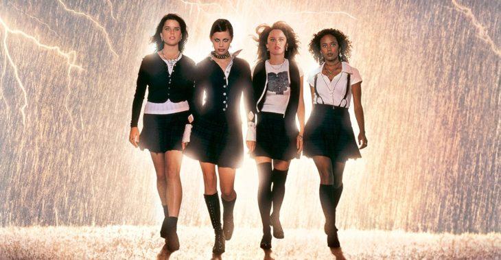 Chicas con uniformes escolares caminando tomadas de la mano