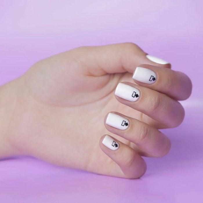 Dedos delgados y uñas cuadradas