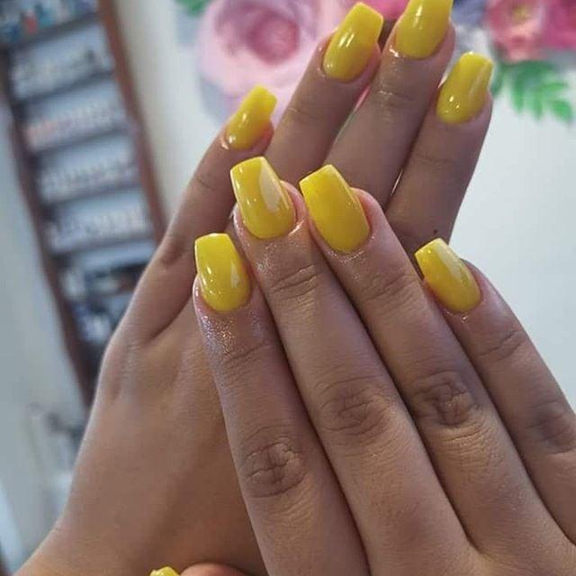 Dedos gordos y uñas cuadradas largas