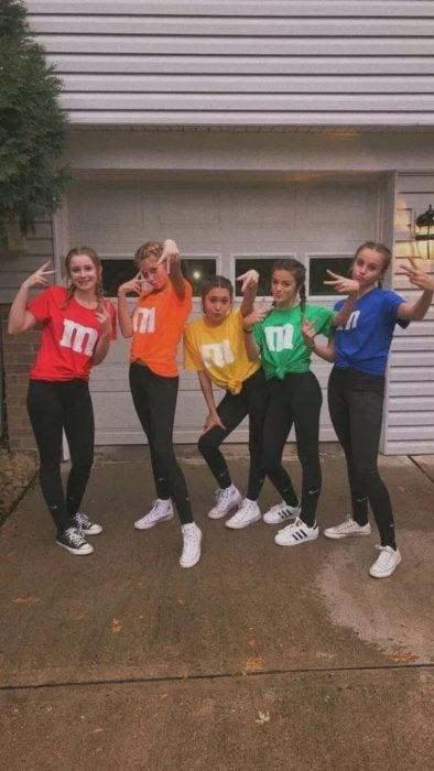 Grupo de amigas disfrazadas como M&M's