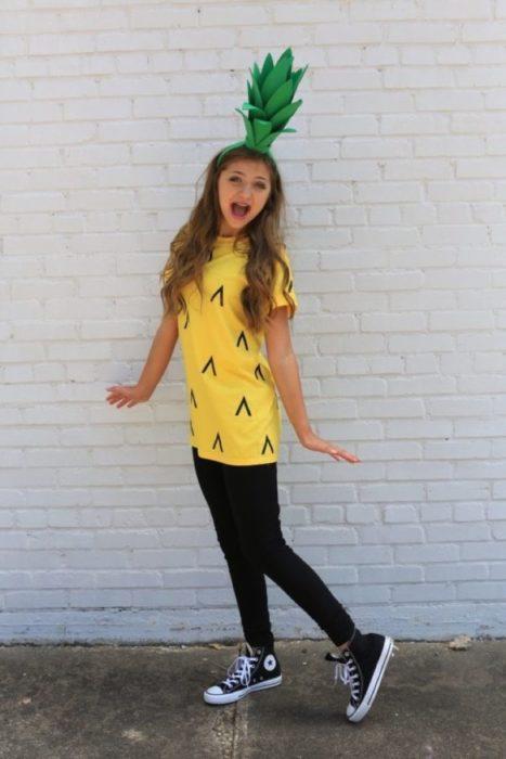 Chica disfrazada como un piña