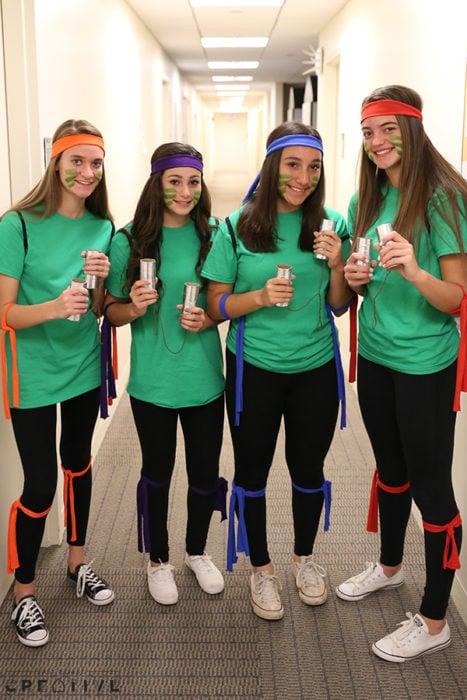 Grupo de amigas disfrazadas como tortugas ninja