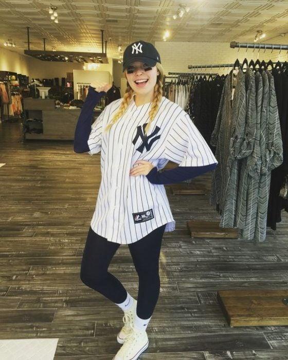 Chica disfrazada como beisbolista