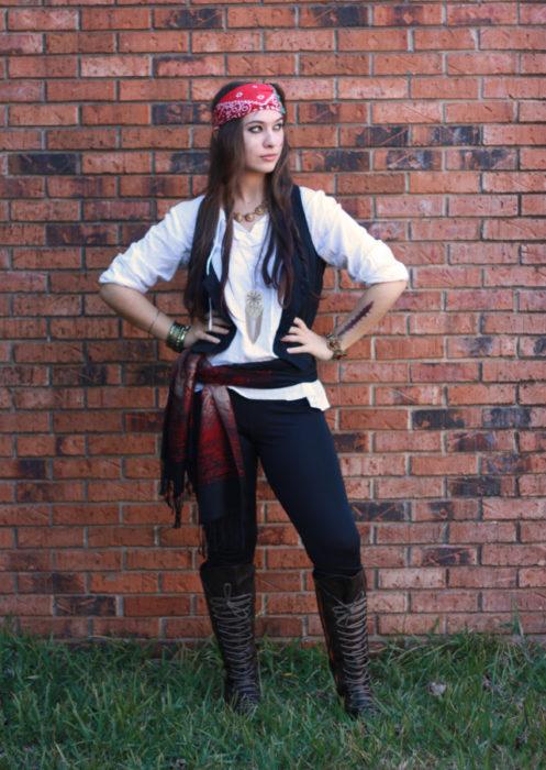 Chica disfrazada como Jack Sparrow