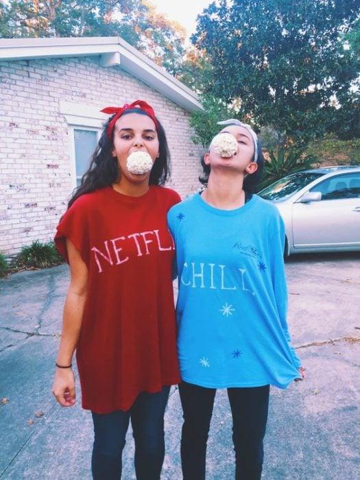 Chica disfrazada como Netflix & Chill