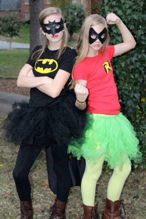 Chicas disfrazadas como Batman y Robin
