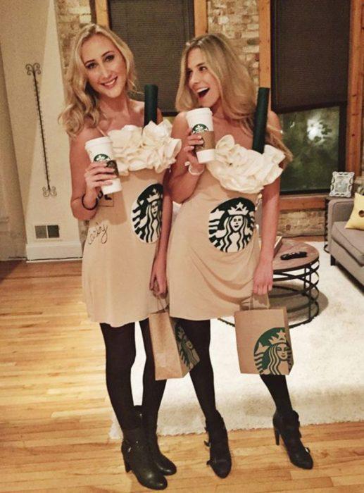 Chicas disfrazadas como cafés de Starbucks