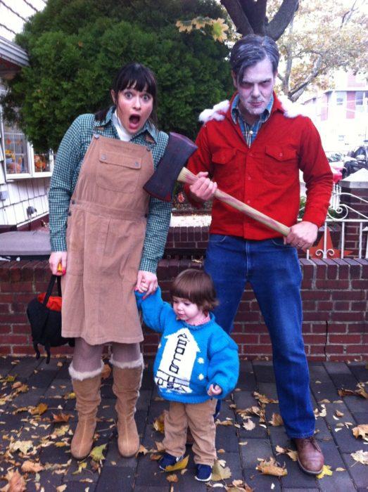 Disfraces de Halloween de los 80; familia disfrazada de El resplandor