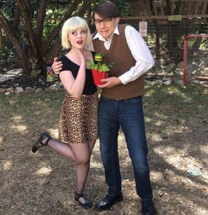 Disfraces de Halloween de los 80; pareja disfrazada de La Tiendita de los horrores; Seymour y Audrey