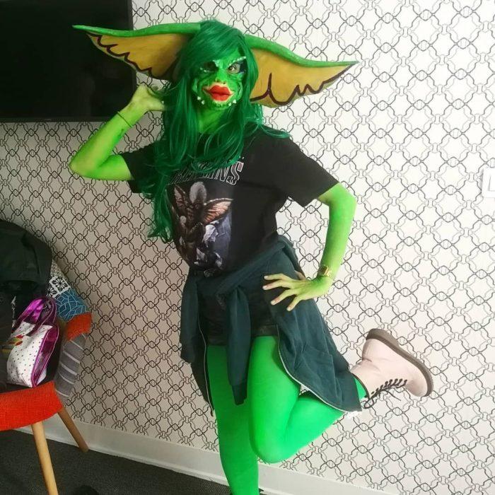 Disfraces de Halloween de los 80; chica disfrazada de Gremlin