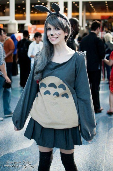 Disfraces de Halloween de los 80; chica disfrazada de Totoro