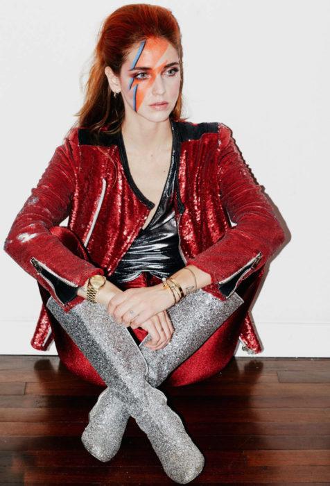 Disfraces de Halloween de los 80; chica disfrazada de David Bowie con el rayo en el ojo